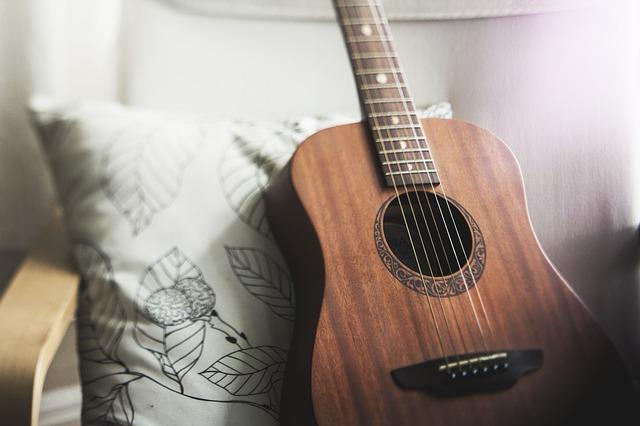 kytara položená na polštáři.jpg