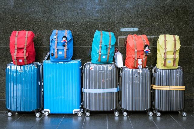 hodně barevných kufrů
