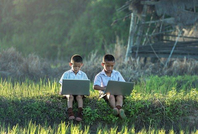 děti používající notebook