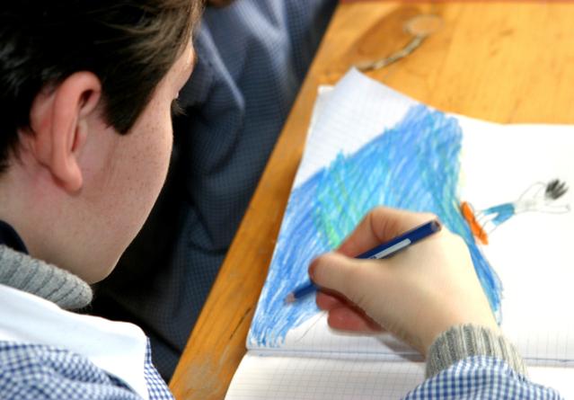 chlapec při malování